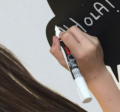 Liquid chalk marker pen for blackboards